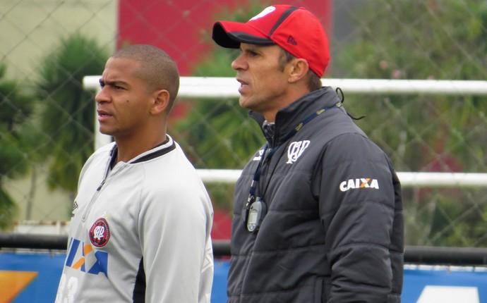 Atacante Walter Técnico Milton Mendes do Atlético-PR (Foto: Fernando Freire)