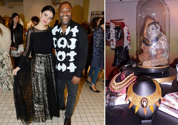 A empresária Alice Ferraz, ao lado do comprador da Bluebird Paul Baptiste e os colares da Lool (Foto: Marina Petti)