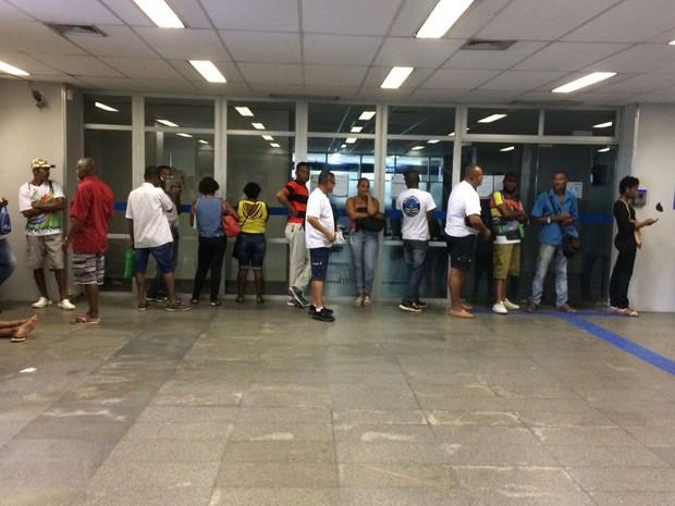 Caixa Econômica do Comércio, em Salvador, abriu duas horas mais cedo (Foto: Maiana Belo/G1)