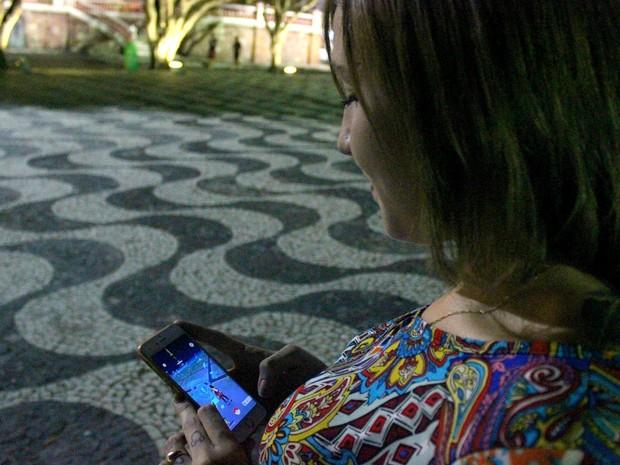 Estudante foi até o Largo São Sebastião para procurar os monstrinhos (Foto: Rickardo Marques/G1 AM)