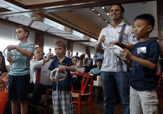 """Felipe Massa joga """"Mario Kart"""" com crianças antes do GP de Cingapura (Foto: Reuters)"""