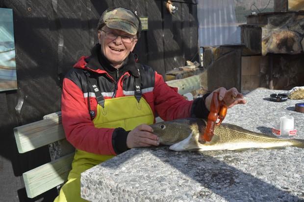 Bjoern Frilund mostra brinquedo sexual que encontrou na barriga de bacalhau em Åndalsnes (Foto:  Anders A. Hagen/Åndalsnes Avis)