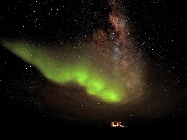 Imagem divulgada nesta sexta-feira (20) pela Agência Espacial Europeia mostra a Aurora Austral, também conhecida como luzes do sul, vista da estação Concordia, instalada na Antártica. O fenômeno foi registrado no último dia 18.  Assim como a aurora boreal, no Hemisfério Norte, o fenômeno ocorre pelo contato de ventos solares com o campo magnético da Terra. (Foto: Alexander Kumar and Erick Bondoux, ESA/AP)