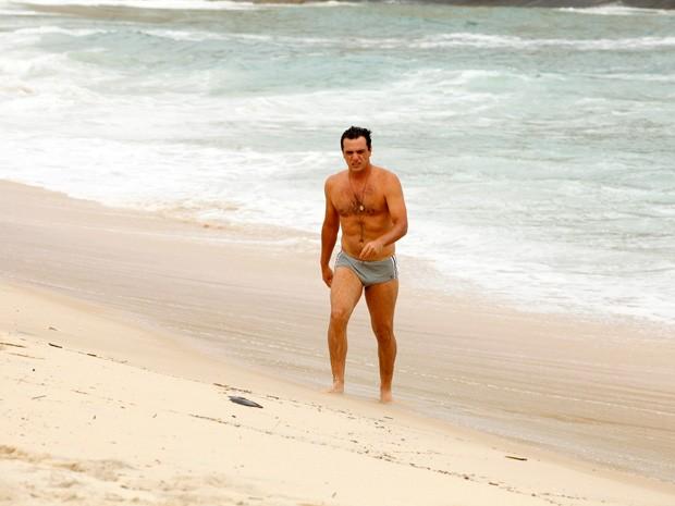 Lombardi exibiu a boa forma durante gravação na praia (Foto: Salve Jorge/TV Globo)