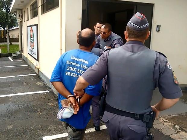 Suspeitos foram levados para o plantão policial de São Carlos (Foto: Lucas Zampieri/EPTV)