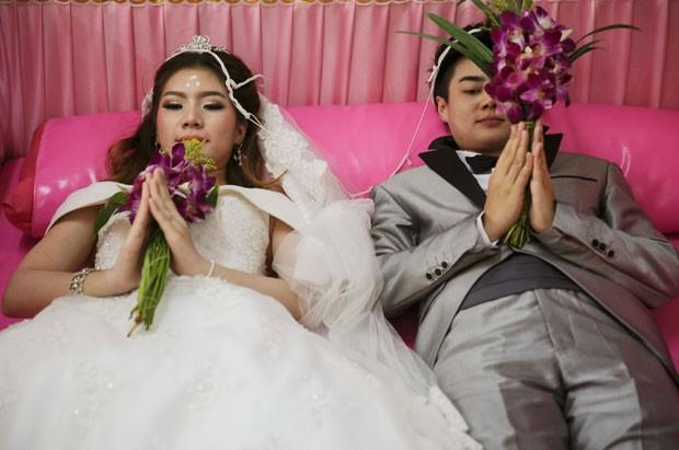 Cerimônia foi organizada por budista por causa do Dia dos Namorados (Foto: Damir Sagolj/Reuters)