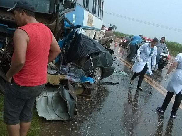 Acidente entre carro e ônibus (Foto: Reprodução/TV TEM)