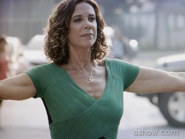 Branca provoca Chica do lado de fora do carro (Foto: Em Família/TV Globo)
