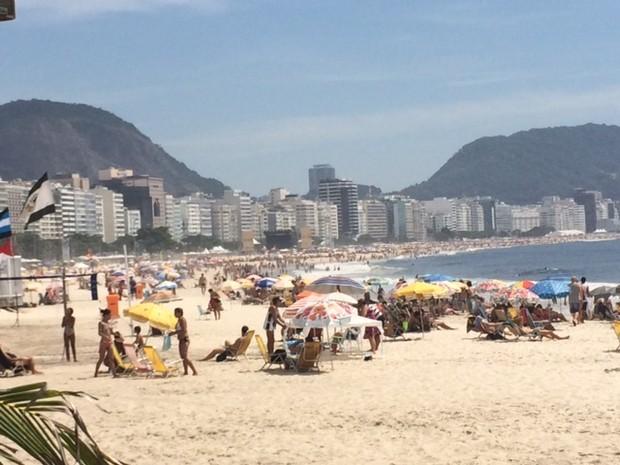 A Praia de Copacabana, que estava cheia em torno de 10h30 desta sexta, é uma das dez praias próprias para banho neste fim de semana (Foto: Cristina Boeckel / G1)