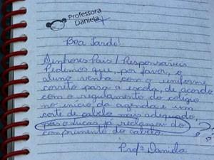 Recado escrito por professora diz que o próprio aluno reclamou do cabelo (Foto: Reprodução/TV Globo)