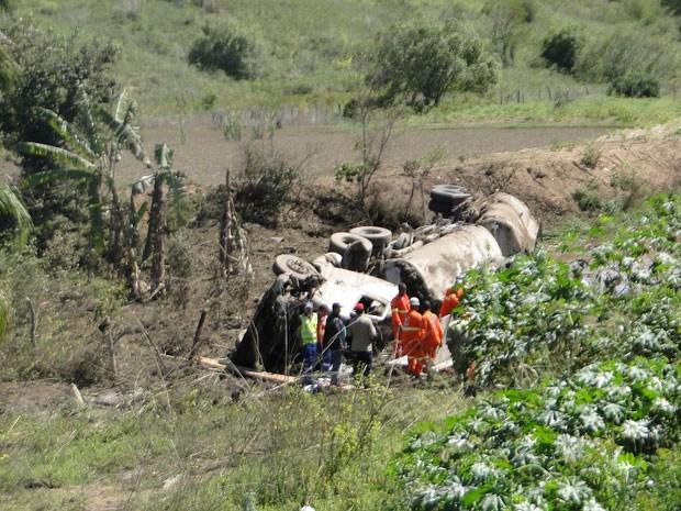 Caminhão tombou entre duas pontes na BR-116, na Bahia; causas são investigadas (Foto: Blog Marcos Frahm)