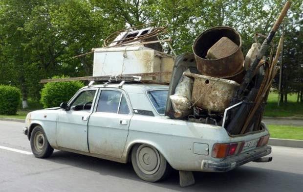 Em maio de 2011, um motorista foi flagrado em uma estrada em Tbilisi, na Geórgia, dirigindo um veículo Volga GAZ-24, um automóvel da ex-União Soviética, supercarregado com sucata.  (Foto: Vano Shlamov/AFP)