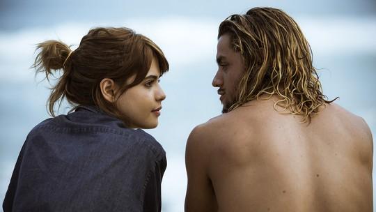 Nanda desabafa com Caíque na praia