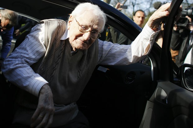 Oskar Groening, ex-guarda de Auschwitz, é acusado de 300 mil mortes (Foto: AP)