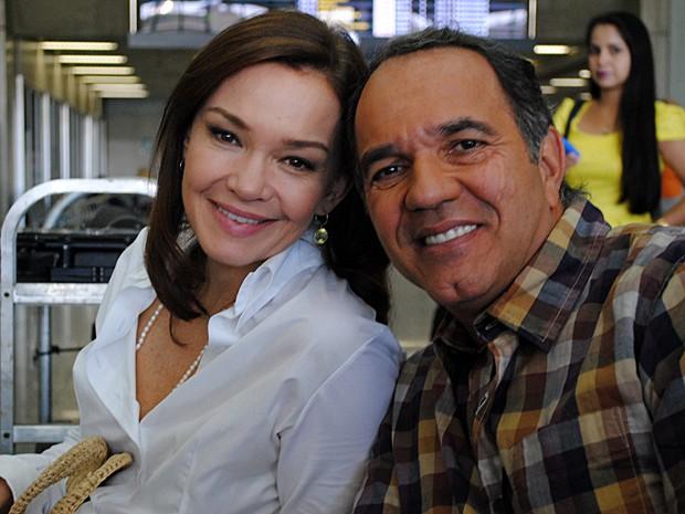 Julia posa com seu companheiro de cena Humberto Martins (Foto: Em Família/TV Globo)