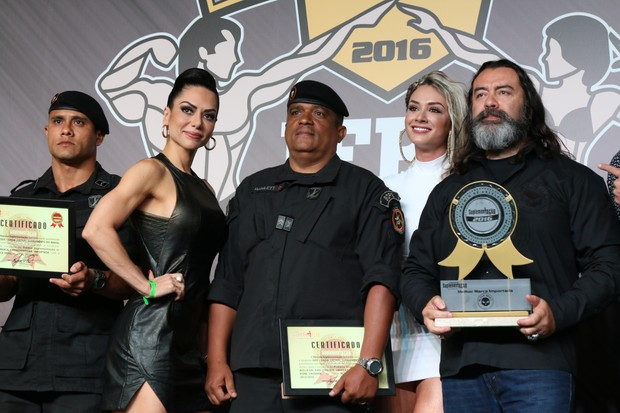 Graciella Carvalho e Juju Salimeni posam com os vencedores (Foto: Thais Aline/ Agência Fio Condutor / Divulgação)