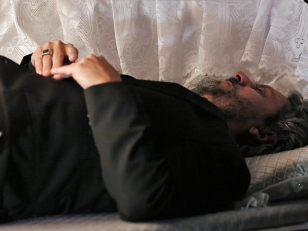 Zé é enterrado vivo e quase morre sem ar.