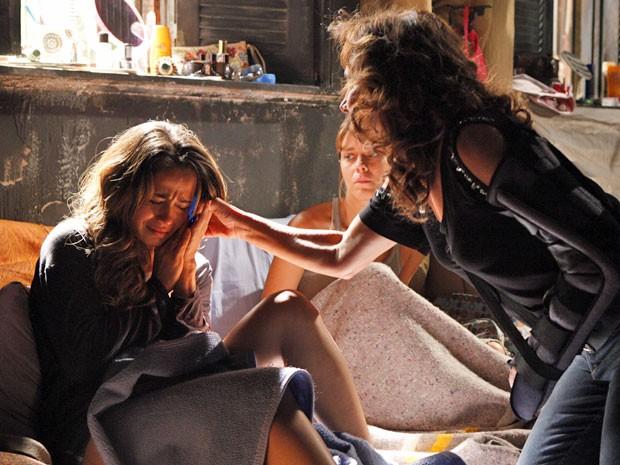 Wanda encerra ligação de Morena à força (Foto: Salve Jorge/TV Globo)