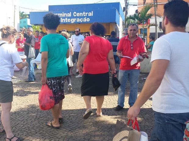 Grupo faz ato contra o impeachment da presidente Dilma Roussef em Piracicaba (Foto: Claudia Assencio/G1)