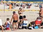 De sainha, Carolina Portaluppi curte praia com o pai, Renato Gaúcho