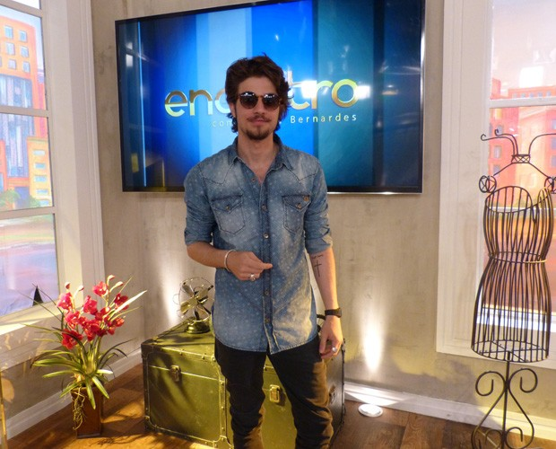 Chay sorri nos bastidores do Encontro (Foto: Encontro com Fátima Bernardes/TV Globo)