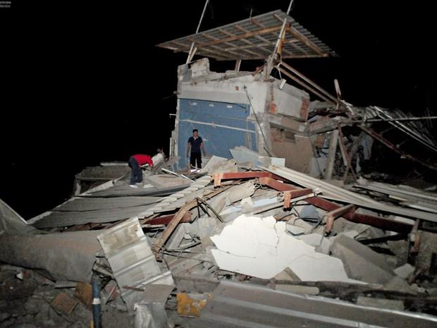 Moradores fazem buscar em destroços de casa destruída em Guaiaquil durante terremoto no Equador (Foto: Ariel Ochoa/AFP)