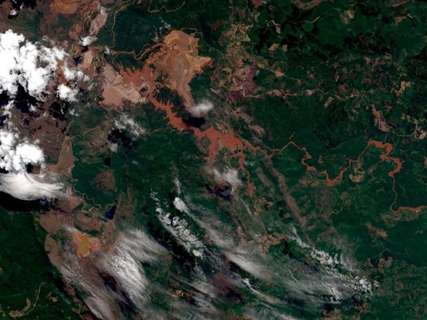 Imagem captada por satélite do grupo Air Bus mostra o rastro de lama deixado pelo rompimento das barragens em Mariana (Foto: Divulgação/ Airbus Defence and Space)