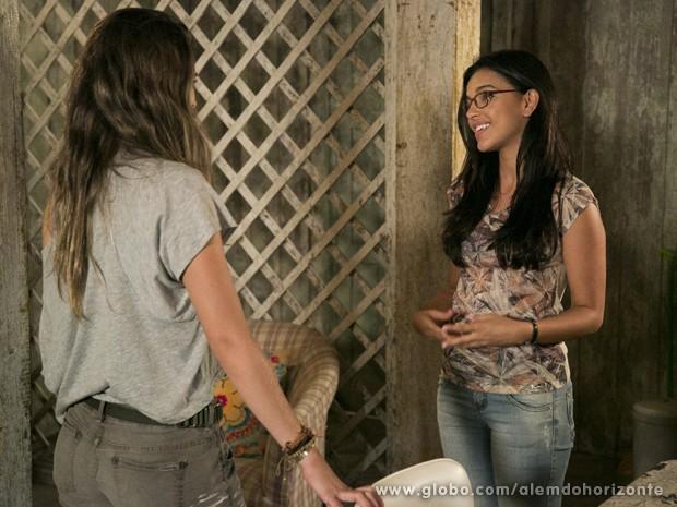 Celina recebe Lili em sua casa e não esconde curiosidade para saber para onde os 'turistas' estão indo (Foto: Felipe Monteiro/TV Globo)