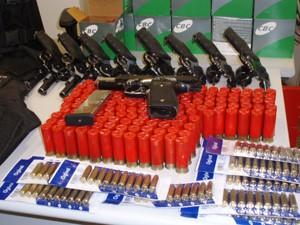 Parte do arsenal roubado foi já recuperado pela polícia (Foto: Divulgação/Deic)