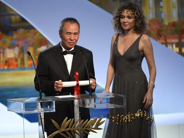 O taiwanês Hou Hsiao-Hsien recebeu o prêmio de melhor diretor ao lado da atriz italiana  Valeria Golino (Foto: Anne Christine Pojoulat / APF)