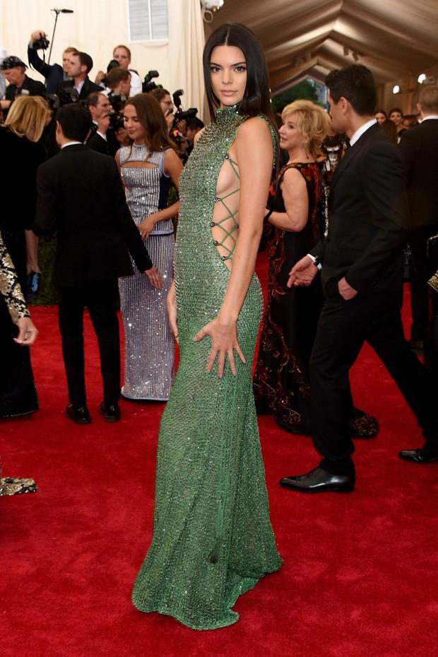 Está No Dna Kendall Jenner Usa Vestido Com Fenda E Exibe