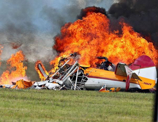 Avi�o � consumido pelas chamas ap�s a queda durante a apresenta��o de uma wing walker no Vectren Air Show. (Foto: Thanh V Tran/AP Photo)