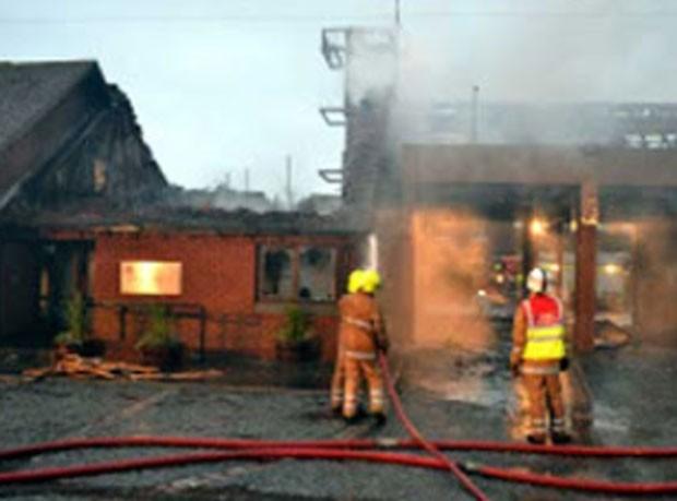Fogo danificou dois veículos e provocou danos no prédio. (Foto: Reprodução)