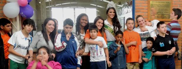 Alunos da Apae se dividiram em grupos para fotografar com a miss (Foto: Tatiana Lopes/G1)