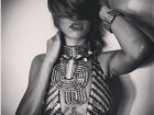 Look decotado revela tatuagem que Rihanna tem abaixo dos seios