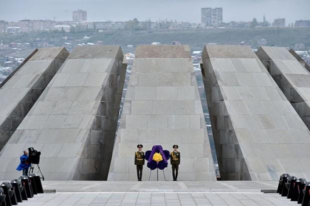 Soldados guardam memorial de Tsitsernakaberd, em Yerevan, em cerimônia de homenagem aos mortos no genocídio armênio nesta sexta-feira (24) (Foto: Kirill Kudryavtsev/AFP)