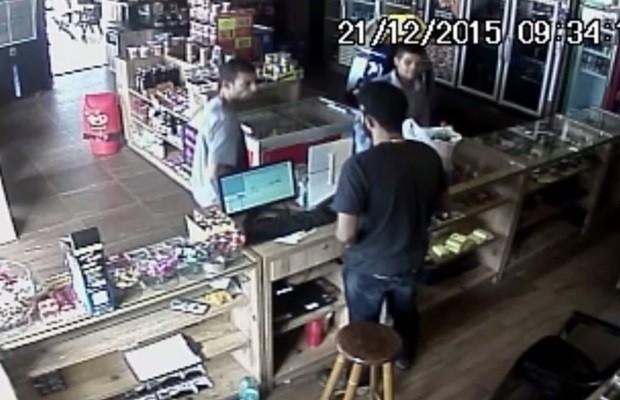 Câmera mostra assalto a loja de conveniência de posto, em Aparecida de Goiânia, Goiás (Foto: Reprodução/TV Anhanguera)