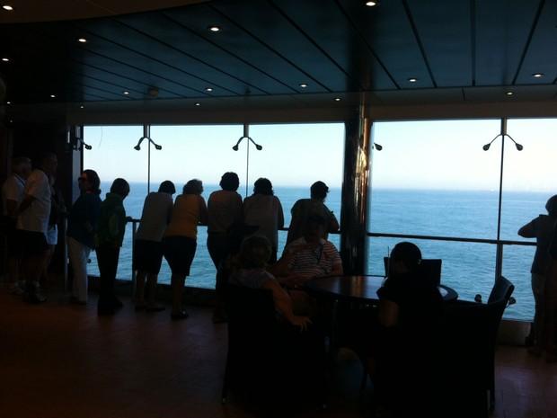Passageiros observam mar após anuncio do comandante do navio (Foto: Flavia Mantovani/G1)