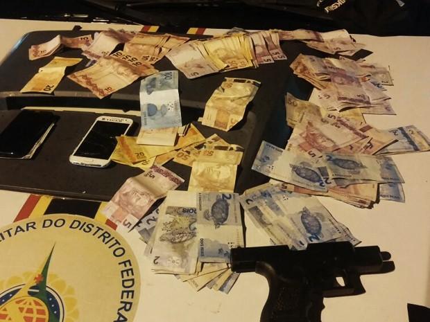 Arma de brinquedo e dinheiro apreendidos com suspeitos de assaltar postos de combustíveis no DF (Foto: Polícia Militar/ Divulgação)