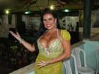 Solange Gomes usa vestido transparente e deixa calcinha à mostra