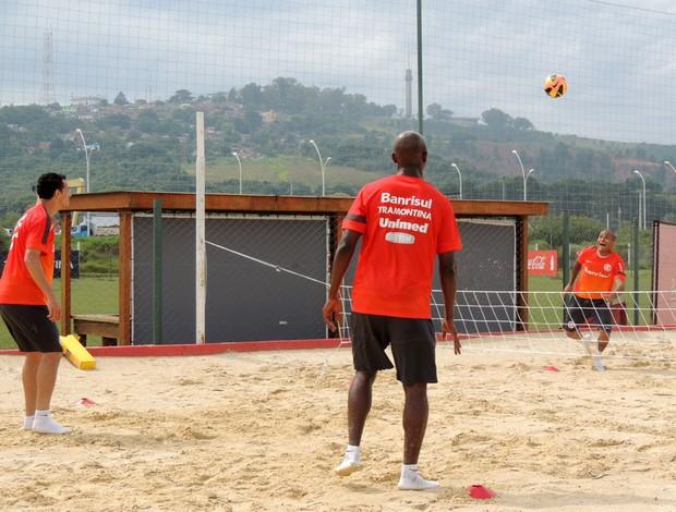 Gabriel, Leandro Damião e Kleber disputam partida de futevôlei (Foto: Tomás Hammes / GLOBOESPORTE.COM)