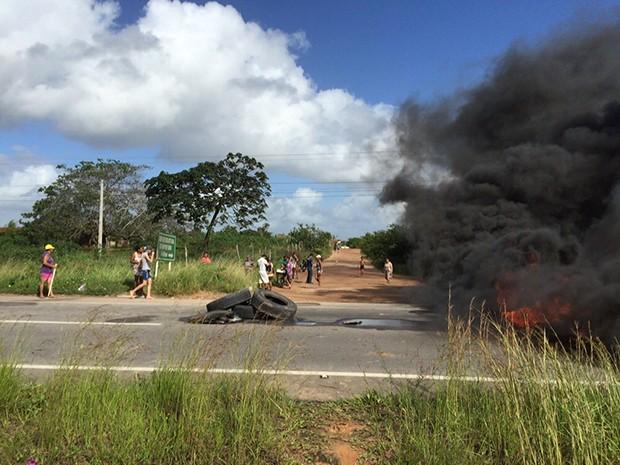 Manifestantes atearam fogo em pneus (Foto: Divulgação/Polícia Rodoviária Federal do RN)