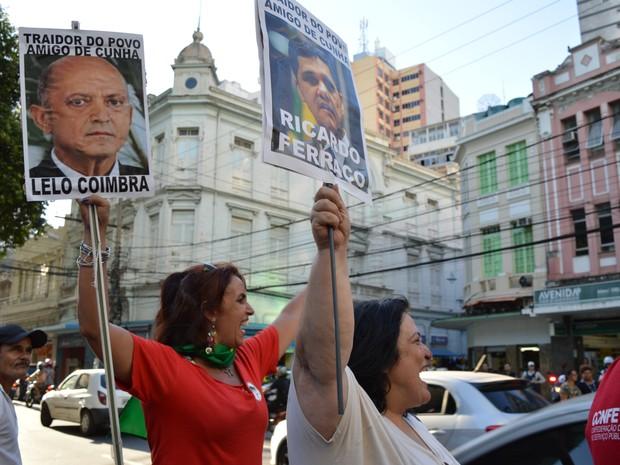 Mulheres carregam placas enquanto protestam, em Vitória (Foto: Mariana Carvalho/ G1)