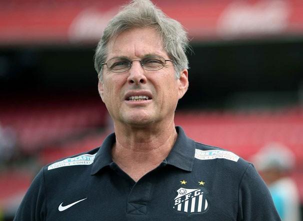 O técnico Oswaldo de Oliveira comanda a equipe do Santos (Foto: Marcos Ribolli / reprodução globoesporte.com)