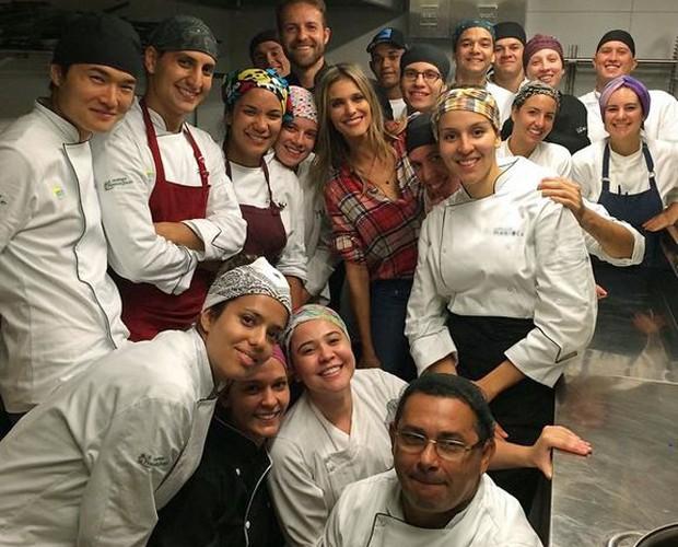 Fernanda ao lado dos funcionários de um de seus restaurantes em São Paulo (Foto: Arquivo pessoal)