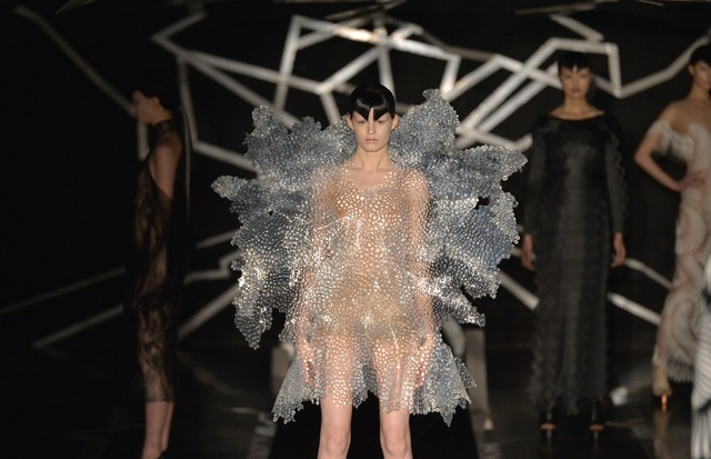 PARIS, FRANCE - JANUARY 23:  A model walks the runway at the Iris Van Herpen Spring Summer 2017 fashion show during Paris Haute Couture Fashion Week on January 23, 2017 in Paris, France.  (Photo by Catwalking/Getty Images) (Foto: Getty Images)