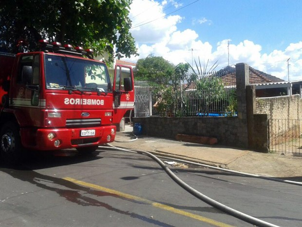 Corpo de Bombeiros foi acionado para controlar as chamas (Foto: Mariane Peres/ G1)