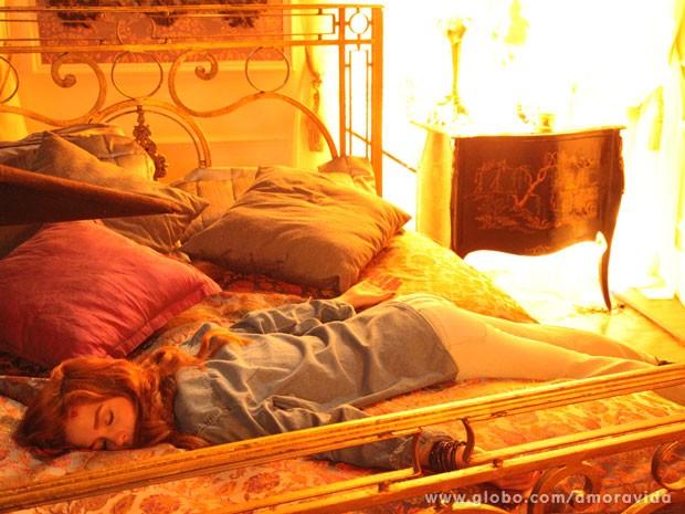 Natasha fica desacordada no meio do fogo (Foto: Carol Caminha/TV Globo)