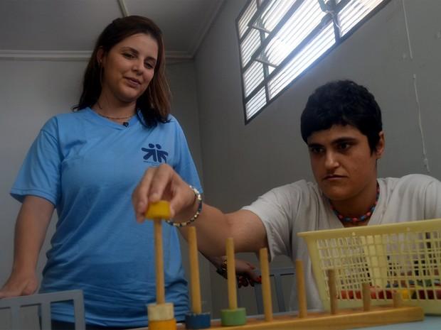 Bruna Nobre com Karina Moreira, de 30 anos, em associação de autistas em Ribeirão Preto (Foto: Rodolfo Tiengo/ G1)