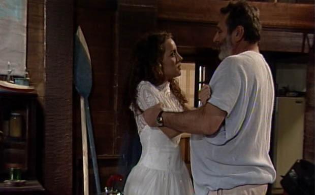 Donato vê Glorinha vestida de noiva e tenta beijá-la